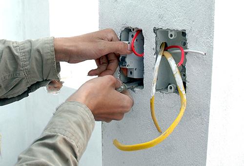 Kiểm tra dây và lắp thiết bị điện